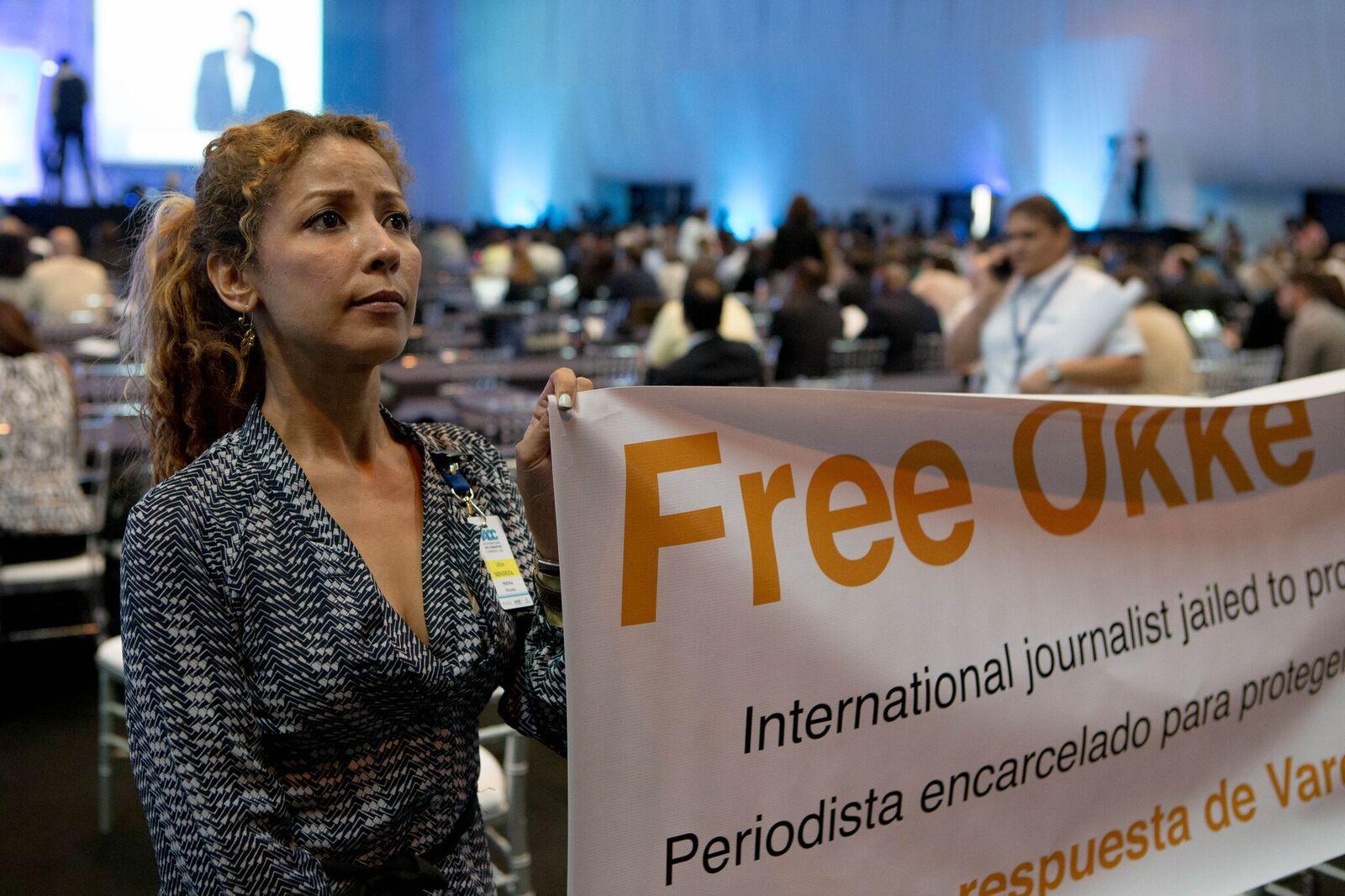 Demonstrators demand Dutch journalist's release during Panamanian President Varela's speech